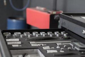 Werkzeug ratsche einsortiert in werkstattwagen mobil in autowerkstatt