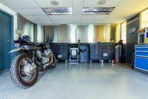 garage motorrad in werkstatt mit werbank set