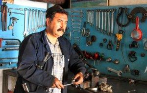 mechaniker heimwerker arbeitet in werkstatt